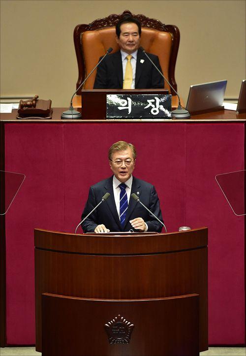 문재인 대통령이 2017년 6월 12일 국회에서 첫 시정연설로