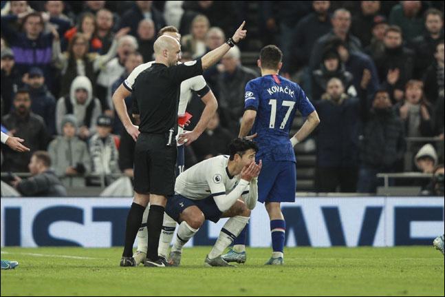 손흥민이 23일 첼시와의 홈경기서 레드카드를 받자 그라운드에 주저앉으며 억울함을 호소하고 있다. ⓒ 뉴시스