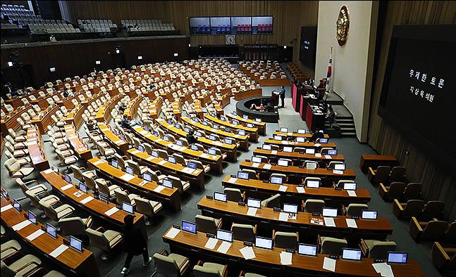 지상욱 바른미래당 의원이 24일 서울 여의도 국회에서 예산부수법안과 공수처법, 유아교육법 개정안 등을 안건으로 열린 본회의에서 무제한 토론(필리버스터)를 하고 있다.(자료사진) ⓒ데일리안 류영주 기자