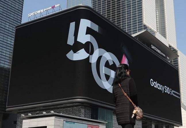 국내 이동통신사들이 세계 최초 일반용 5세대 이동통신(5G) 서비스를 조기 개통한 지 하루만인 지난 4월 4일 서울 강남구 SM타운 '케이팝 스퀘어' 외벽에 설치된 디지털 사이니지에 5G 단말기 광고가 나오고 있다.ⓒ연합뉴스