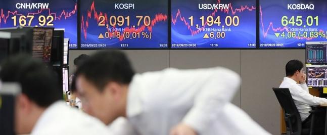초저금리 흐름이 지속된 가운데서도 투자자들이 중위험·중수익 투자 상품 대신 저위험 안정형 상품을 추구하고 있다. ⓒ연합뉴스