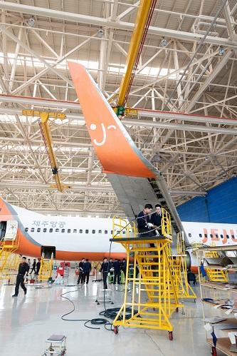 경상남도 사천시에 위치한 한국항공서비스(KAEMS)에서 정비사들이 제주항공 B737을 정비하고 있다.Ⓒ한국항공서비스(KAEMS)