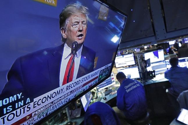 미 뉴욕증권거래소의 TV 화면에 연설하는 도널드 트럼프 미 대통령의 모습이 비쳐지고 있다.ⓒAP/뉴시스