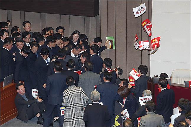 문희상 국회의장이 27일 오후 본회의 개회를 위해 본회의장 의장석으로 향하자 자유한국당 의원들이 막아서고 있다. ⓒ데일리안 박항구 기자
