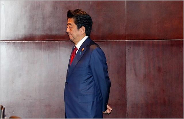아베 신조 일본 총리가 지난 24일 중국 청두 샹그릴라 호텔에서 문재인 대통령과의 정상회담을 기다리고 있다. ⓒ뉴시스
