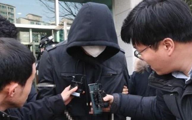 친부와 노부부를 잇달아 살해한 혐의를 받는 A(31) 씨가 지난 1월 대전지법 홍성지원에서 열린 구속 전 피의자 심문(영장실질심사)을 마치고 법원을 나서는 모습.ⓒ연합뉴스