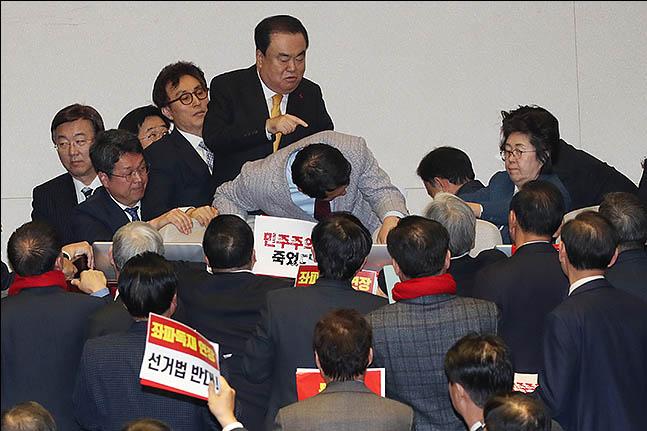 27일 오후 서울 여의도 국회 본회의장에서 문희상 국회의장이 자유한국당 의원들의 저지를 뚫고 의장석으로 향하고 있다. ⓒ데일리안 류영주 기자