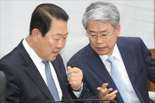 바른미래당 박주선 의원과 김동철 의원이 뭔가를 논의하고 있다(자료사진). ⓒ데일리안 홍금표 기자