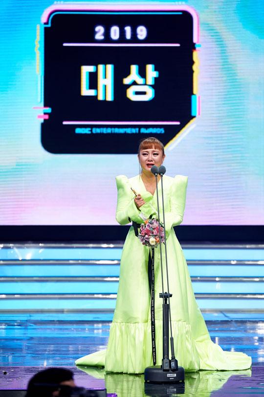 개그맨 박나래가 2019 MBC 방송연예대상에서 영예의 대상을 차지했다.ⓒMBC