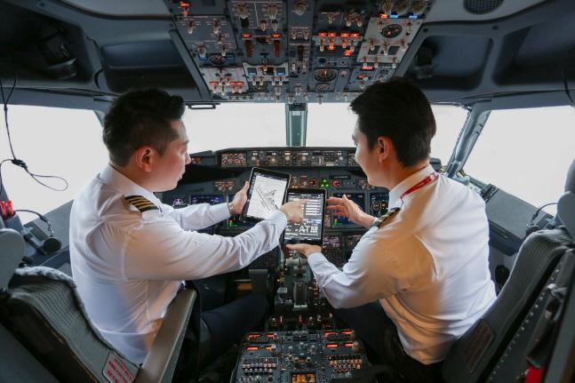 티웨이항공 조종사들이 이번에 도입된 항공기 성능 계산 프로그램