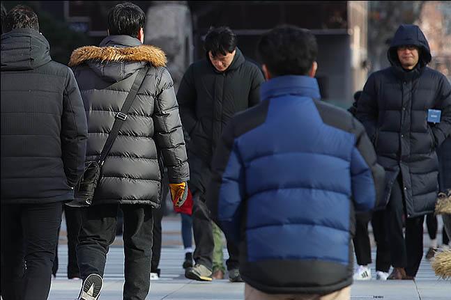 서울 아침 기온이 영하 11도까지 떨어지는 등 전국 대부분 지역에 한파특보가 이어진 31일 오전 서울 광화문 네거리에 시민들이 발걸음을 옮기고 있다. ⓒ데일리안 류영주 기자
