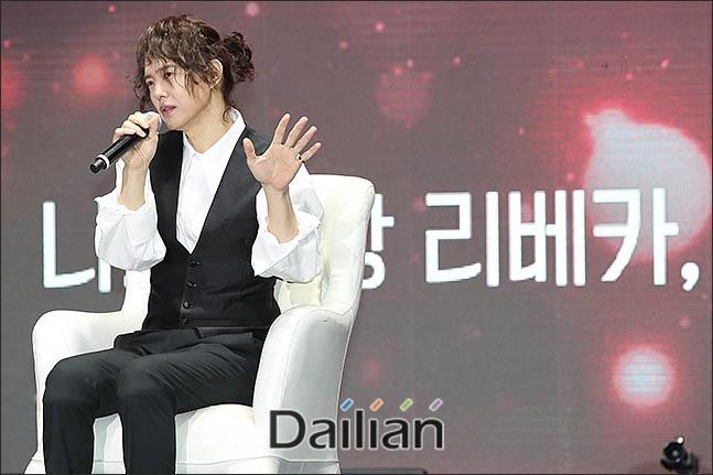양준일이 지난해 12월 31일 오후 서울 광진구 세종대학교 대양홀에서 열리는 데뷔 28년 만에 첫 팬미팅인
