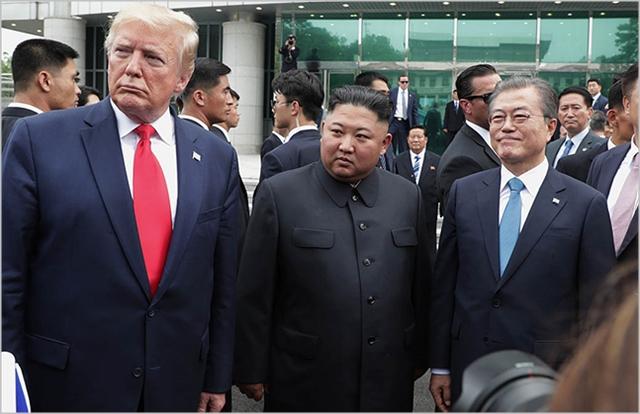 문재인 대통령, 김정은 북한 국무위원장, 도널드 트럼프 미국대통령이 지난해 6월 판문점 공동경비구역 자유의 집 앞에서 회동하고 있다. ⓒ청와대