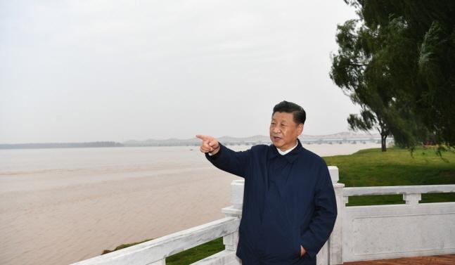 중국 중부 허난성 시찰에 나선 시진핑 국가주석이 지난해 9월 17일 정저우 국립 지질공원에서 황허를 가리키며 생태보호 상황을 점검하고 있다.ⓒ연합뉴스