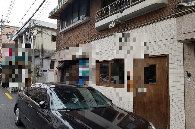 평일 점심 영업을 쉬고 문을 닫은 가게 앞으로 차 한대가 주차돼 있다.ⓒ데일리안 원나래기자