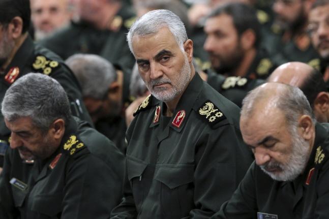 술레이마니 사령관(가운데)이 지난 2016년 9월18일 테헤란에서 이란혁명수비대 지휘관들과 함께 이란 최고 지도자 아야톨라 알리 하메네이가 주재한 회의에 참석한 모습.ⓒ뉴시스