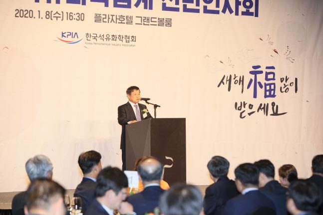 8일 오후 서울 플라자호텔에서 열린 '2020년 석유화학업계 신년인사회'에서 문동준 금호석유화학 사장이 신년사를 하고 있다.ⓒ한국석유화학협회