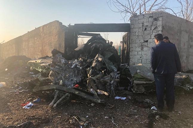 이란 테헤란 외곽의 농경지에서 8일 테헤란 공항 이륙 직후 추락한 우크라이나 여객기의 부서진 잔해가 보이고 있다. 약 180명의 탑승객은 전원이 사망했다.ⓒAP/뉴시스