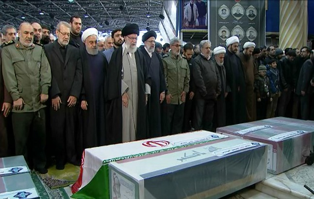 이란 최고지도자인 아야톨라 세예드 알리 하메네이(왼쪽에서 4번째)가 지난 6일(현지시간) 이란 테헤란에서 열린 이란혁명수비대 쿠드스군 사령관 카셈 솔레이마니 중장추모 기도회를 직접 집전하고 있다. 솔레이마니는 앞서 3일 이라크 바그다드 국제공항에서 미국의 드론 공격으로 숨졌다.ⓒAP/뉴시스