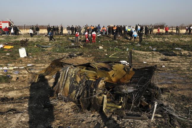 이란 테헤란 인근에 8일(현지시간) 우크라이나 여객기가 추락해 기체 일부가 불에 탄 채 땅바닥에 나뒹굴어 있다. 이번 사고로 탑승자 176명 전원이 사망했다.ⓒ뉴시스