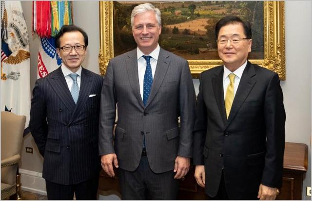 정의용 국가안보실장(사진 오른쪽), 로버트 오브라이언 백악관 국가안보보좌관(가운데), 기타무라 시게루 일본 국가안전보장국장(왼쪽)이 8일(현지시각) 미국 워싱턴 백악관에서 만나 사진을 촬영하고 있다. ⓒ미 국가안보회의 트위터