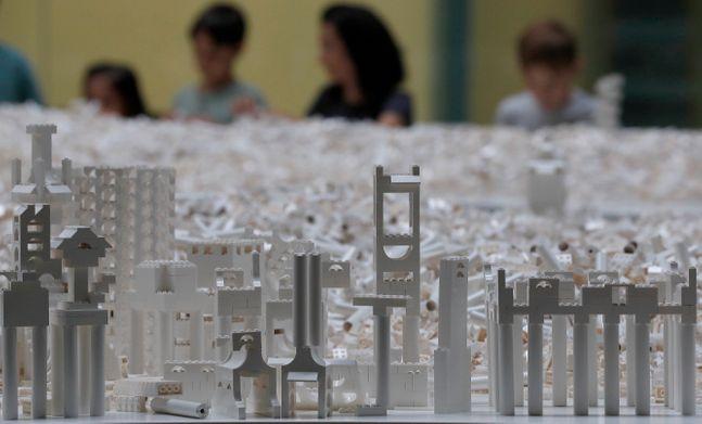 영국 런던의 테이트모던 박물관에 전시된 흰 레고 블럭으로 만든 빌딩 모형들.제공=AP/뉴시스