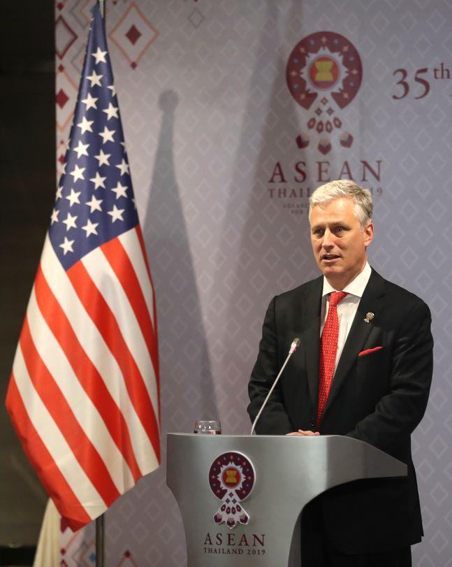 아세안 정상회의 관련 동아시아 정상회의에 미국 대표로 참석한 로버트 오브라이언 백악관 국가안보보좌관이 작년 11월 4일 기자회견을 하고 있다.제공=AP/뉴시스