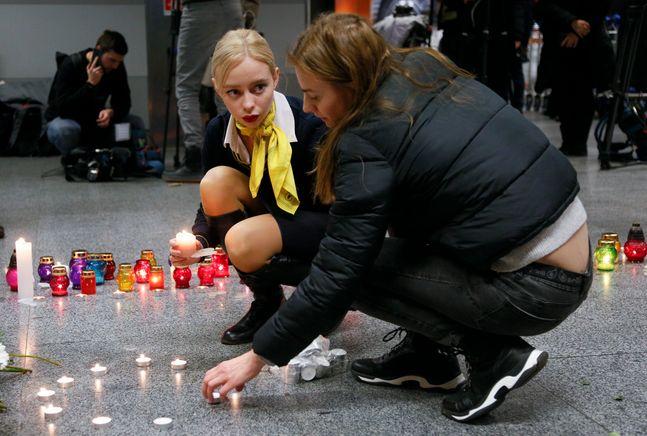 지난 8일(현지시간) 우크라이나 키예프 외곽 보리스필 국제공항에 이란에서 추락한 우크라이나 항공 소속 보잉 737-800 여객기에 탑승했던 승무원들의 추모소가 마련돼 동료들이 촛불을 밝히고 있다./AP/뉴시스