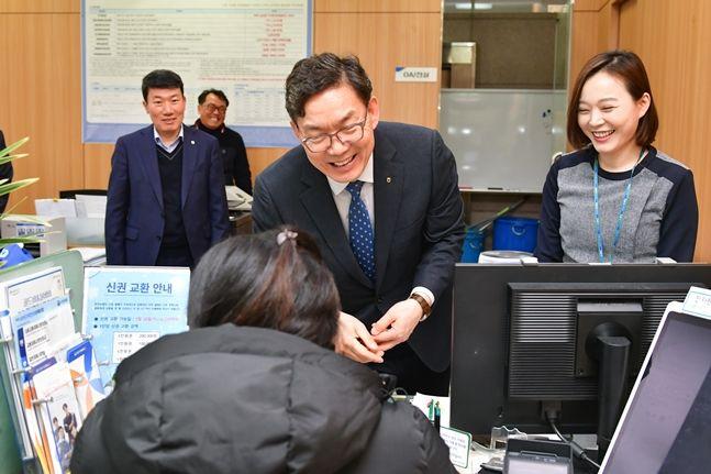 이대훈 NH농협은행장(사진 가운데)이 10일 서울영업부를 방문해 고객과 이야기를 나누고 있다. NH농협은행