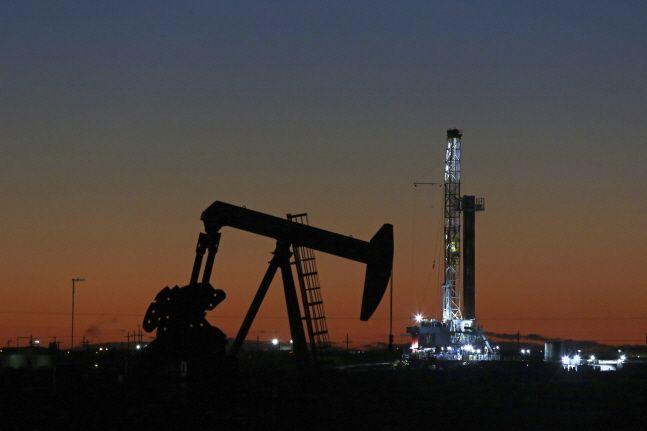 미국 텍사스주 미들랜드의 석유 굴착기와 펌프 잭(pump jack)의 모습.ⓒ뉴시스