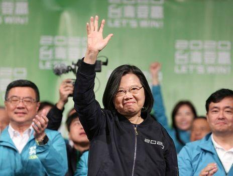 차이잉원 대만 총통이 11일(현지시간) 타이베이에서 지지자들과 함께 자신의 연임 성공을 자축하고 있다.ⓒ뉴시스