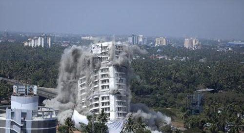 인도 남부에서 11일(현지시간) 환경 규정 위반으로 인해 폭파되고 있는 고급 고층아파트. ⓒ연합뉴스