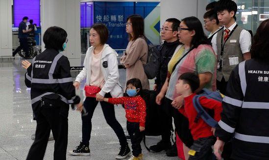 지난 4일 홍콩 공항에서 검역소 직원들이 입국 승객을 상대로 체온을 재고 있다.ⓒ뉴시스