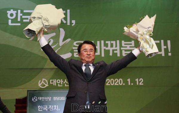 최경환 신임 대안신당 대표가 12일 오후 의원회관에서 열린 대안신당 중앙당 창당대회에서 손을 들어올리고 있다. ⓒ데일리안 홍금표 기자
