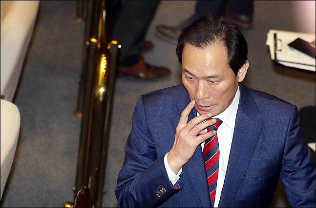 우상호 더불어민주당 의원이 19일 오후 열린 국회 본회의에서 얼굴을 만지고 있다. (자료사진) ⓒ데일리안 박항구 기자