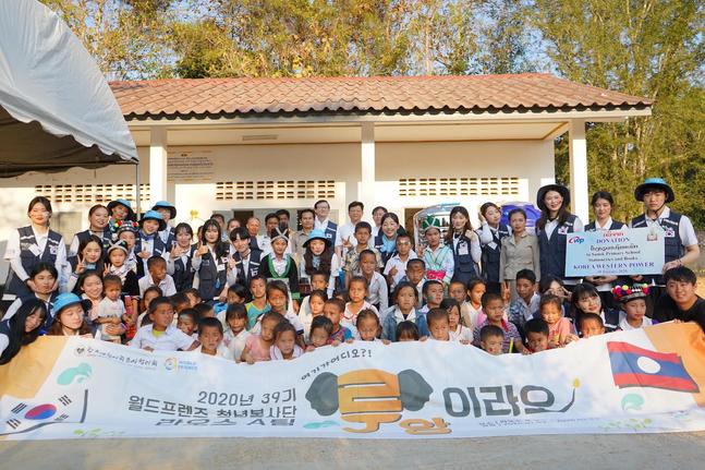 한국서부발전 라오스 현지법인 직원들과 월드프렌즈 청년봉사단 39기 라오스 A팀이 라오스 어린이들과 함께 봉사활동 및 후원행사 기념촬영을 하고 있다.ⓒ한국서부발전