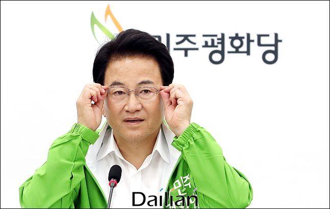 정동영 민주평화당 대표가 7일 오전 국회에서 열린 최고위원회의에서 발언을 하며 안경을 만지고 있다. 데일리안 박항구 기자.