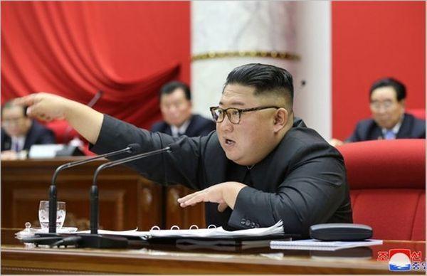 김정은 북한 국무위원장이 지난달 31일 노동당 중앙위원회 본부청사에서 제7기 제5차 전원회의를 진행하고 있다. ⓒ조선중앙통신