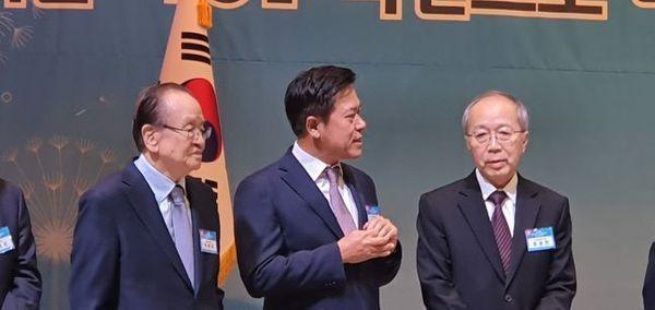 박정호 SK텔레콤 사장(가운데)이 13일 서울 강남구 역삼동 한국과학기술회관에서 열린 '2020 과학기술인·정보방송통신인 신년인사회'에 참석해 다른 참석자들과 환담을 나누고 있다.ⓒ데일리안 김은경 기자