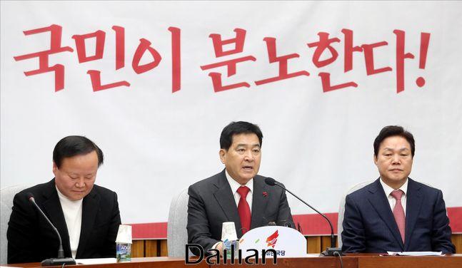 재철 자유한국당 원내대표가 14일 오전 국회에서 열린 원내대책회의에서 모두발언을 하고 있다.ⓒ데일리안 박항구 기자