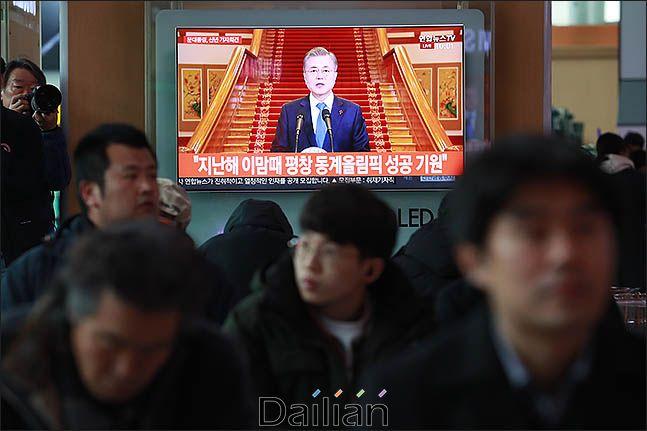 10일 오전 서울 용산구 서울역 대합실에서 시민들이