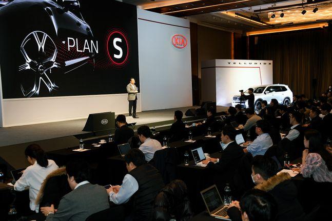 박한우 기아자동차 사장이 14일 오전 여의도 콘래드 서울 호텔에서 열린 'CEO 인베스터 데이(Investor Day)'에서 중장기 미래 전략