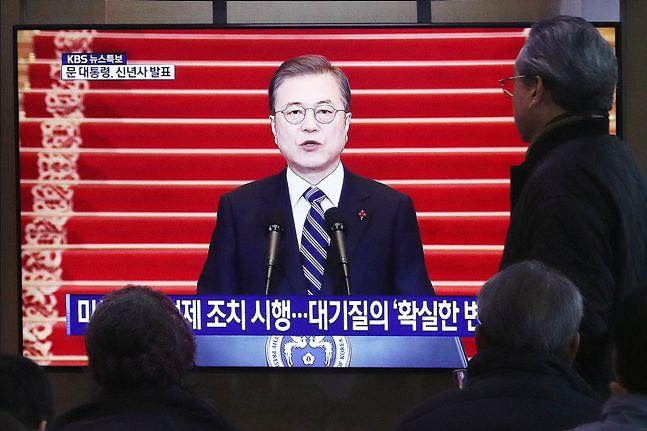 7일 오전 서울역 대합실에서 시민들이 문재인 대통령의 2020년도 신년사를 시청하고 있다.ⓒ데일리안 홍금표 기자