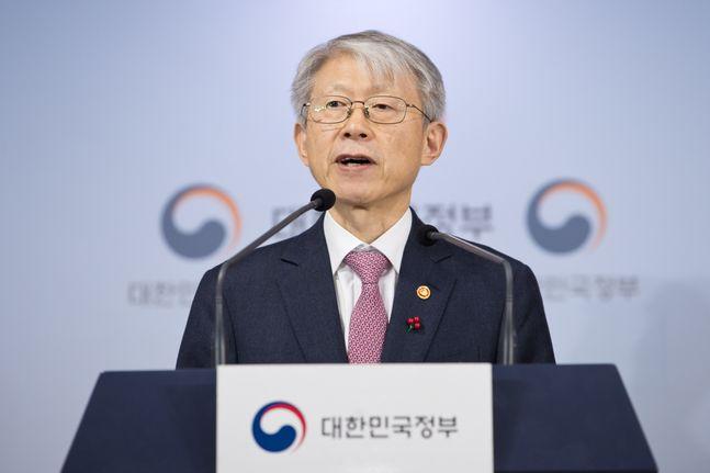 최기영 과학기술정보통신부 장관이 지난 14일 오후 서울 종로구 정부서울청사 본관 브리핑룸에서