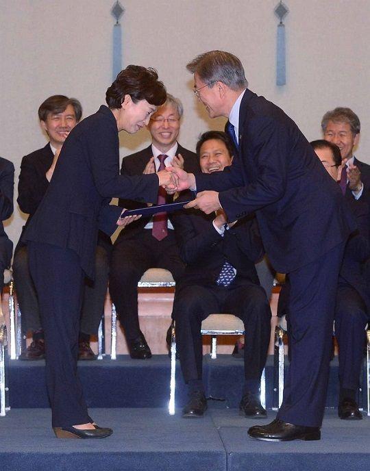 2017년 6월 21일 문재인 대통령이 김현미 국토교통부 장관에게 임명장을 수여하고 있다. ⓒ뉴시스