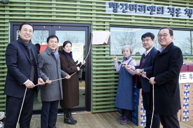 심영아KT&G사회공헌부장(왼쪽에서 세 번째)과 박영숙 도서관장(왼쪽에서 네 번째)이 관계자들과 함께 기념사진을 촬영하고 있다.ⓒKT&G