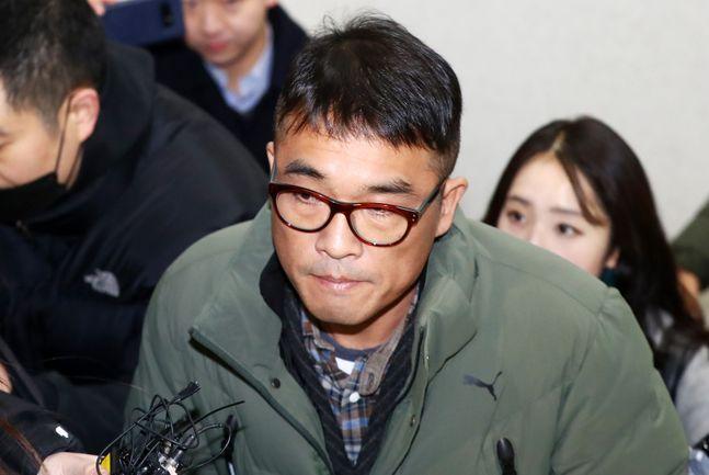유흥업소 성폭행 혐의를 받는 가수 김건모가 15일 오전 서울 강남경찰서에 피고소인 조사를 받기 위해 출석하고 있다.