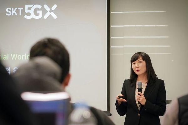SK텔레콤 전진수 클라우드 게임 사업담당이 15일 서울 종로구 한국 마이크로소프트 본사에서 열린 엑스박스 개발자 행사('Xbox Discovery Day')에서 자사 게임 사업 방향을 발표하고 있다.ⓒSK텔레콤
