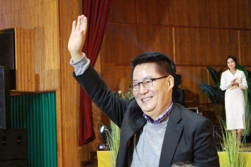 박지원 대안신당 의원이 15일 목포 목상고등학교에서 열린 출판기념회에서 시민들을 향해 인사를 하고 있다.ⓒ박지원 의원실 제공