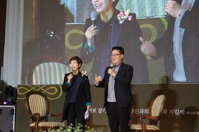 대안신당 박지원 의원(오른쪽)이 15일 목포 목상고에서 열린 자신의 출판기념회 행사에서 토크쇼 사회자를 맡은 방송인 김미화씨와 대화를 나누고 있다. ⓒ박지원 의원실 제공